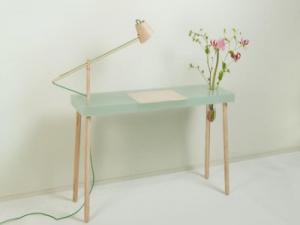 Столики со встроенными настольными лампами и стеклянными вазами представлены дизайнером Р. Хайсменом