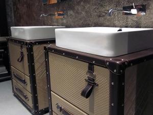 Оригинальная мебель для ванной комнаты в виде чемоданов от Collection Alexandra