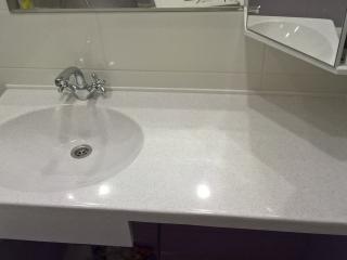 Столешница для ванной с опорой из искусственного камня