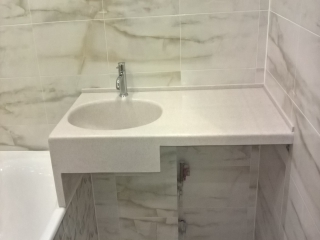 Столешница для ванной с опорой на ванну
