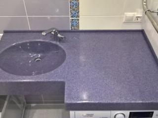 Фиолетовая столешница для ванной